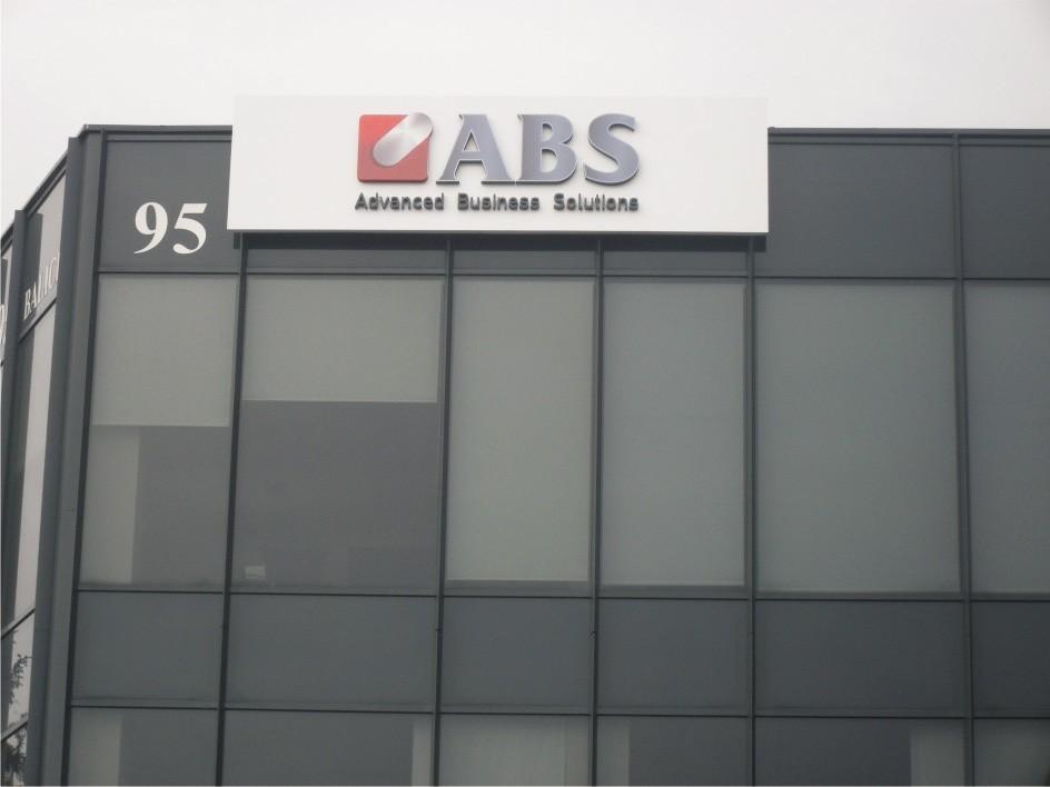 szyld reklamowy na budynku ABS
